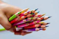 Färgblyertspennor över det vita bakgrundsslutet upp Arkivfoto