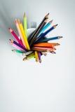 Färgblyertspennor i en vit rånar Arkivfoton