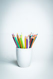 Färgblyertspennor i en vit rånar Fotografering för Bildbyråer