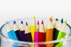 färgblyertspennor i exponeringsglas på isolerad bakgrund Fotografering för Bildbyråer