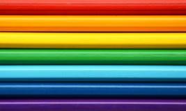 Färgblyertspennor i regnbågefärger arkivbilder