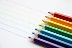 Färgblyertspennor i regnbågefärger royaltyfri bild