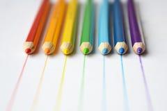 Färgblyertspennor i regnbågefärger royaltyfri foto