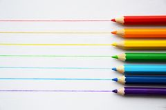 Färgblyertspennor i regnbågefärger arkivfoton