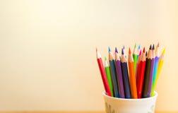 Färgblyertspennor med klar bakgrund Arkivbild