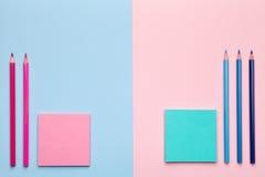 Färgblyertspennor med klibbiga anmärkningar på pastellfärgad bakgrund Royaltyfria Bilder