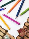 Färgblyertspennor med vässaren Royaltyfri Bild