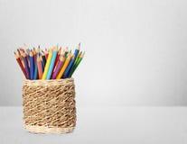 Färgblyertspennor och pennor i vas Fotografering för Bildbyråer