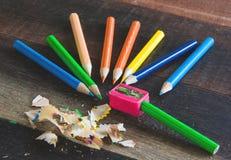 Färgblyertspennor och vässare Arkivfoto