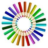 Färgblyertspennor ordnar in i färger för färghjul på den vita backgrouen Royaltyfri Foto