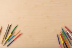 Färgblyertspennor på den wood texturtabellen Arkivbild