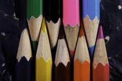 Färgblyertspennor på mörk bakgrund Arkivfoto