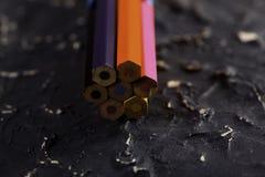 Färgblyertspennor på mörk bakgrund Arkivbilder