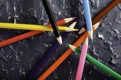 Färgblyertspennor på mörk bakgrund Royaltyfria Foton