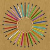 Färgblyertspennor på tabellen Royaltyfria Foton