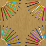 Färgblyertspennor på tabellen Royaltyfri Fotografi