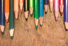 Färgblyertspennor på trä Royaltyfri Fotografi