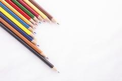Färgblyertspennor på vit bakgrund fotografering för bildbyråer