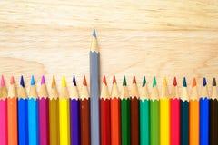 Färgblyertspennor på wood bakgrund Arkivfoton