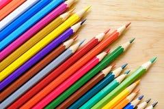 Färgblyertspennor på wood bakgrund Royaltyfria Foton