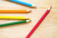 Färgblyertspennor på wood bakgrund Fotografering för Bildbyråer