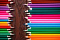 Färgblyertspennor på wood textur Makroskott av färgrika blyertspennor Horisontalsikt av blyertspennor Arkivbild