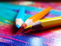 Färgblyertspennor som fokuseras på stiftet av blyertspennorna arkivfoto