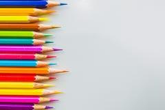 Färgblyertspennor som isoleras över det vita bakgrundsslutet upp Royaltyfri Fotografi