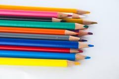 Färgblyertspennor som isoleras på det vita bakgrundsslutet upp Arkivfoto
