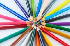 Färgblyertspennor som isoleras på det vita bakgrundsslutet upp Arkivbild