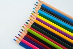 Färgblyertspennor som isoleras på det vita bakgrundsslutet upp Royaltyfri Foto
