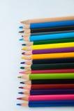 Färgblyertspennor som isoleras på det vita bakgrundsslutet upp Royaltyfri Bild