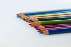 Färgblyertspennor som isoleras på det vita bakgrundsslutet upp Arkivbilder