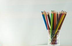 Färgblyertspennor som isoleras på det vita bakgrundsslutet upp Royaltyfri Fotografi