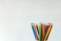 Färgblyertspennor som isoleras på det vita bakgrundsslutet upp Fotografering för Bildbyråer