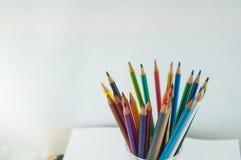 Färgblyertspennor som isoleras på det vita bakgrundsslutet upp Arkivfoton