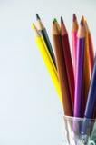 Färgblyertspennor som isoleras på det vita bakgrundsslutet upp Royaltyfria Foton