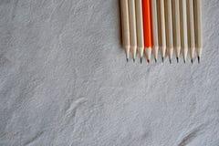 Färgblyertspennor, ställning ut ur folkmassabegrepp Arkivfoton