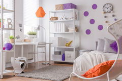 Färgdetaljer i tonårings sovrum Fotografering för Bildbyråer