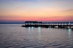 Färgen av solnedgångreflexionen på en pir i sydliga Thailand Royaltyfri Foto