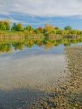 Färger av fallen - reflexioner i en lake Arkivfoto