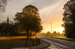Färger av hösten och den tomma vägen Arkivfoton