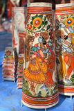Färger av Indien, färgrika tryck av indiska gudar som garneringlampor Royaltyfri Foto