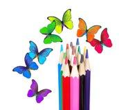 Färger av regnbågen kulöra blyertspennor och mångfärgade morphofjärilar Ordet FÄRG på kulöra räknare i skarp fokus mot gråa suddi arkivfoto