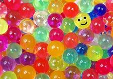 Färger av regnbågen Mångfärgad hydrogel klumpa ihop sig texturbakgrund Top beskådar Ordet FÄRG på kulöra räknare i skarp fokus mo fotografering för bildbyråer