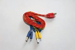 Färger av sammanlänkningar USB pluggar vit bakgrund Royaltyfri Foto