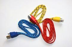 Färger av sammanlänkningar USB pluggar vit bakgrund Fotografering för Bildbyråer
