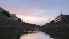 Färger av solnedgången och en flod i japansk by arkivfilmer