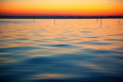 Färger av solnedgången och yttersidan av en sjö Fotografering för Bildbyråer
