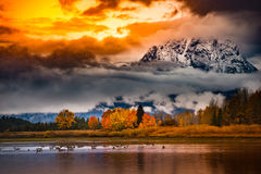 Färger för nedgång för soluppgång för storslagen Teton nationalpark molniga arkivfoton